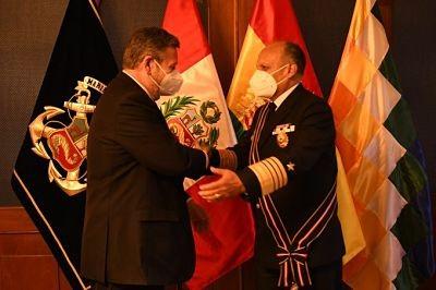 Marina-de-Guerra-del-Peru-condecora-al-Comandante-de-la-Armada-Boliviana