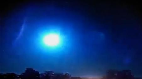 Captan el momento exacto en que un meteorito explota sobre el cielo de Brasil