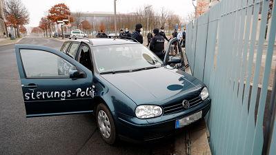 Un hombre choca su auto contra sede de Gobierno de Merkel en Alemania