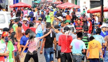La calle Ballivián espera a los carnavaleros