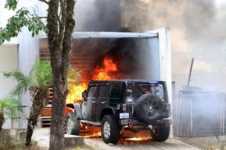 Fuego-consume-un-jeep-por-la-Blacutt-