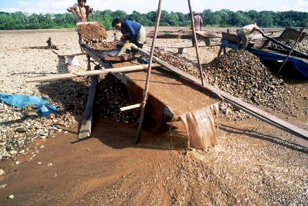 El abuso del mercurio  en la minería aurífera atenta a la Amazonía