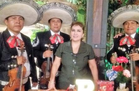 Sandra-celebro-al-son-de-los-mariachis