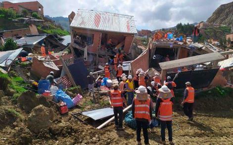 Ayudan a recuperar enseres tras deslizamiento en La Paz