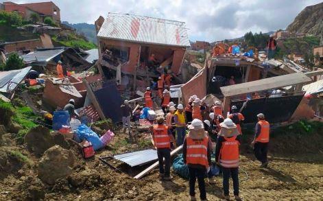 Ayudan-a-recuperar-enseres-tras-deslizamiento-en-La-Paz