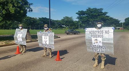 Marineros en Santa Cruz concientizan con carteles, para que la población evite salir de casa
