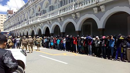 Arrestan a 73 personas por incumplir la cuarentena en Pumas Andinos-Oruro