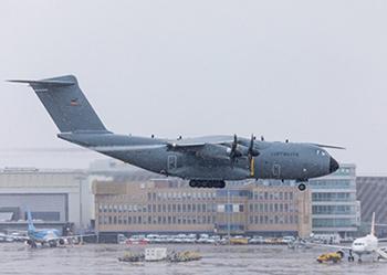 El colosal avión militar que envió Alemania a Italia para recoger a enfermos de coronavirus