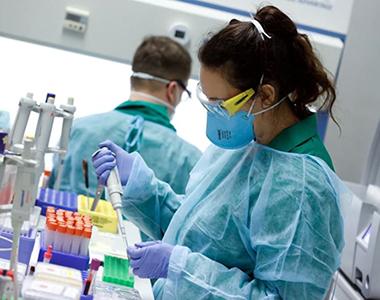 Científicos identifican un fármaco que bloquea al coronavirus cuando busca infectar nuevas células