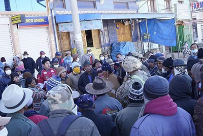 Vecinos de El Alto reclaman por el horario de atención y poco personal en los bancos