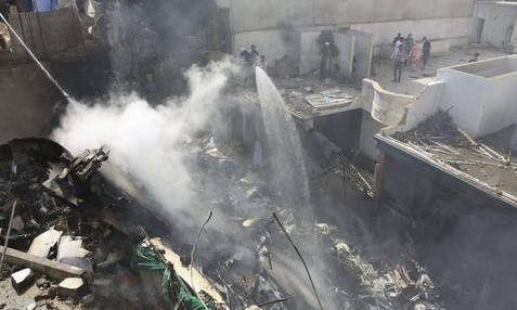 Un avión con 107 pasajeros se estrella en Pakistán