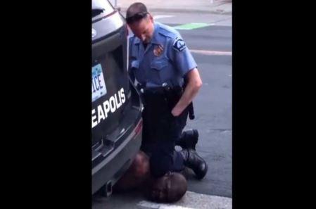 Indignación por muerte de un afroestadounidense después de que se viera a un policía arrodillándose en su cuello