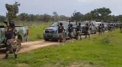Presuntos-sicarios-del-CJNG-exhiben-una-caravana-de-blindados-y-poderosas-armas-a-gritos-de--gente-del-Mencho-