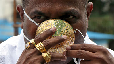 Un hombre usa barbijo de oro en medio de la pandemia, a pesar de no estar seguro de su eficacia