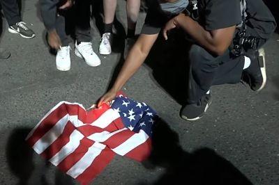 VIDEO:-Manifestantes-queman-una-biblia-y-una-bandera-de-EE.UU.-en-Portland