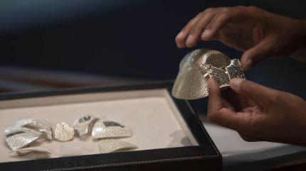 Muestran-la-mascarilla-contra-el-coronavirus-mas-cara-del-mundo,-hecha-con-3.600-diamantes