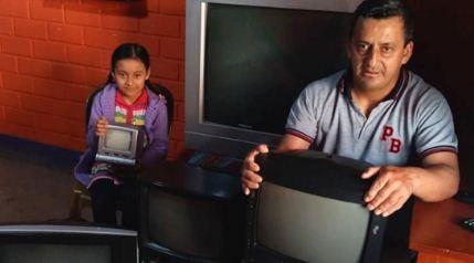 Un-profesor-reparte-televisores-entre-alumnos-pobres-para-que-no-se-pierdan-las-clases-a-distancia