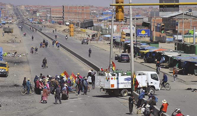 Apelan al nivel internacional por los bloqueos en Bolivia