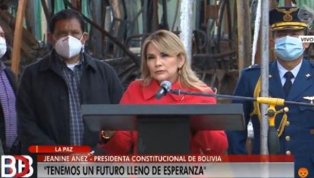Áñez lanza compra de buses PumaKatari con críticas al MAS y oferta de bonos