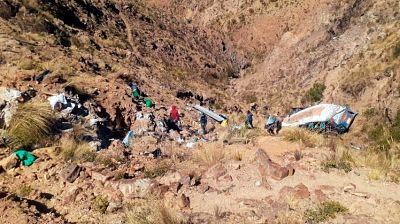 Un autobús que retornaba de una fiesta matrimonial cae en un precipicio y deja 19 muertos