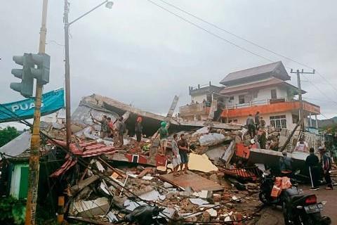 Potente-terremoto-en-Indonesia-deja-al-menos-42-muertos-y-820-heridos-