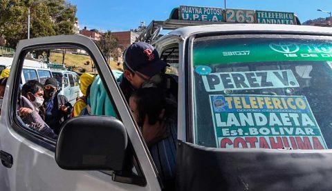 Deciden suspender la restricción al transporte público en La Paz