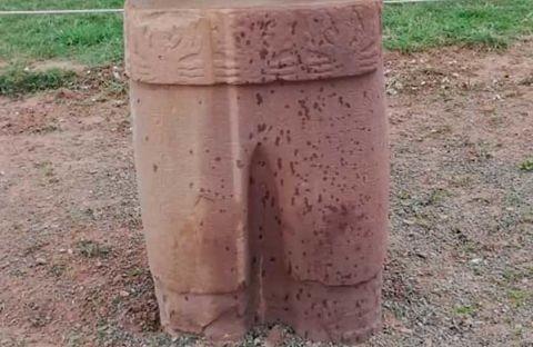 Turistas-danan-piezas-arqueologicas-de-Tiwanaku-con-liquido-aceitoso