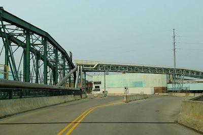 La-mitad-de-un-puente-que-une-a-Canada-con-Estados-Unidos-esta-en-venta