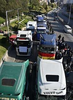 Transporte-pesado-se-moviliza-en-rechazo-a-la-reactivacion-del-ferrocarril-Arica-–-La-Paz
