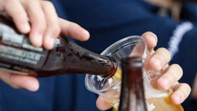 Familia de un niño grabado tomando un vaso de cerveza es citada a declarar en la Defensoría de Warnes