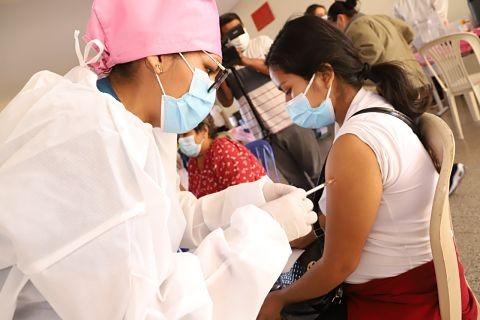 Positiva-jornada:-La-poblacion-acudio-de-forma-masiva-a-los-ocho-puntos-de-vacunacion