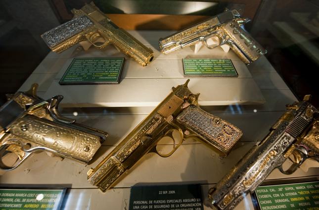 Las armas de oro en el 'Museo de las Drogas' de México