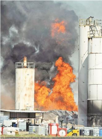 Incendio-en-una-planta-quimica