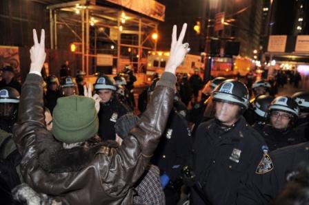 Policia-desaloja-a--indignados--de-Nueva-York