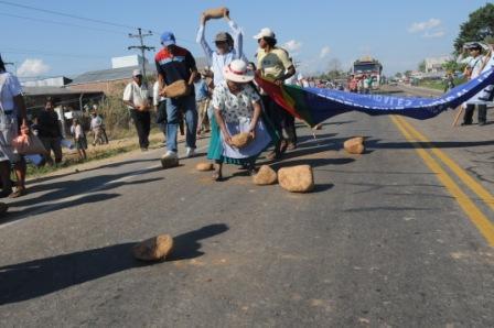 Bloquean-carretera-Santa-Cruz-–-Cochabamba-