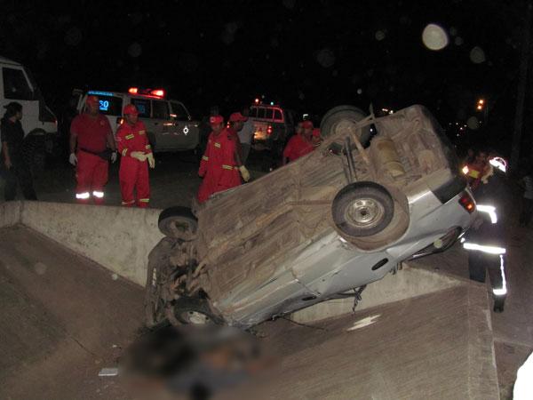 Hombre-muere-tras-estrellar-su-vehiculo-contra-un-canal-de-drenaje