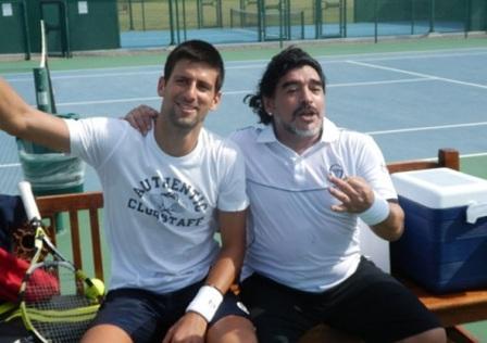 Maradona-le-demuestra-a-Djokovic-que-el-tamano-de-la-pelota-no-importa