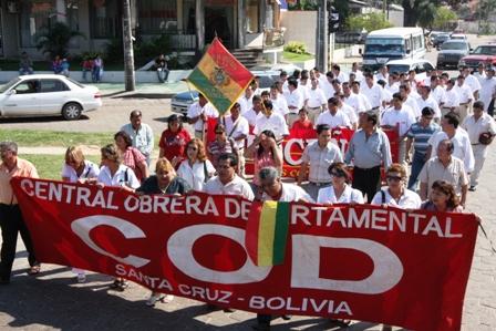 Maestros-y-salubristas-marchan-en-Santa-Cruz