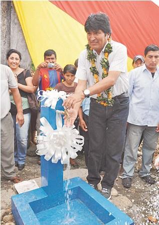Evo-entrega-sistema-de-agua-en-Chipiriri
