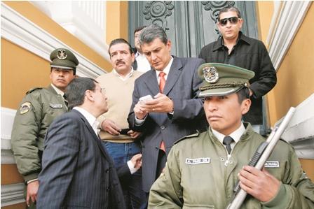 Nuevo-escandalo-de-supuesto-soborno...-enreda-mas-a-Suarez