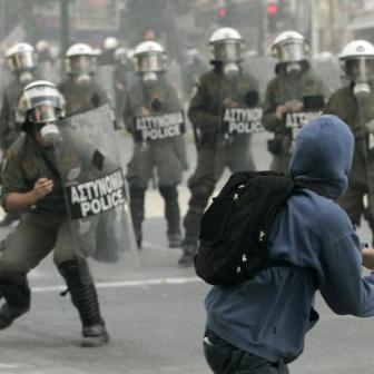 Incidentes-en-el-centro-de-Atenas-entre-manifestantes-y-policias