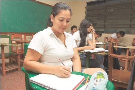 Para-mas-de-50-mil-adultos,--nunca-es-tarde-para-estudiar--.-Los-cemas-registran-236-mil-alumnos-en-el-pais-