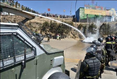Policia-gasifica-a-bloqueadores-de-El-Alto