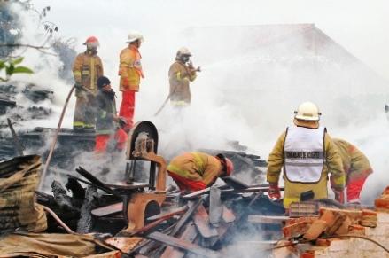 Un-incendio-deja-perdidas-por-valor-de-100-mil-dolares-en-una-barraca-