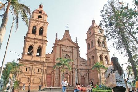 La-catedral,-icono-historico-y-religioso-de-Santa-Cruz