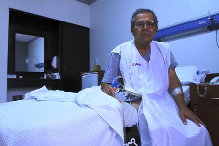 Un-sacerdote-recibe-costoso-trasplante-renal
