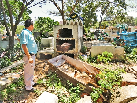 Profanan-mausoleos-en-cementerios-clandestinos