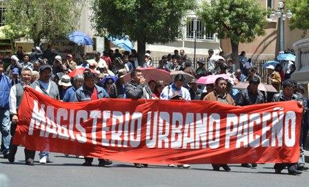 Maestros-toman-las-calles-en-La-Paz-y-exigen-entrega-de-computadoras-portatiles