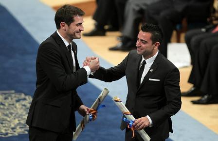 Iker-Casillas-y-Xavi-Hernandez-reciben-el-premio-Principe-de-Asturias