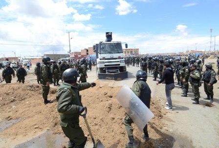 Policia-desbloquea-via-La-Paz---Oruro